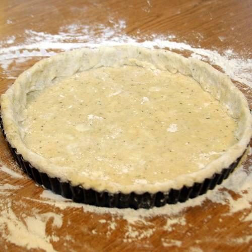3. Для теста смешаем муку, воду, немного соли и растительное масло. Должна получится липкая масса, из которой мы формируем основу с бортиками.