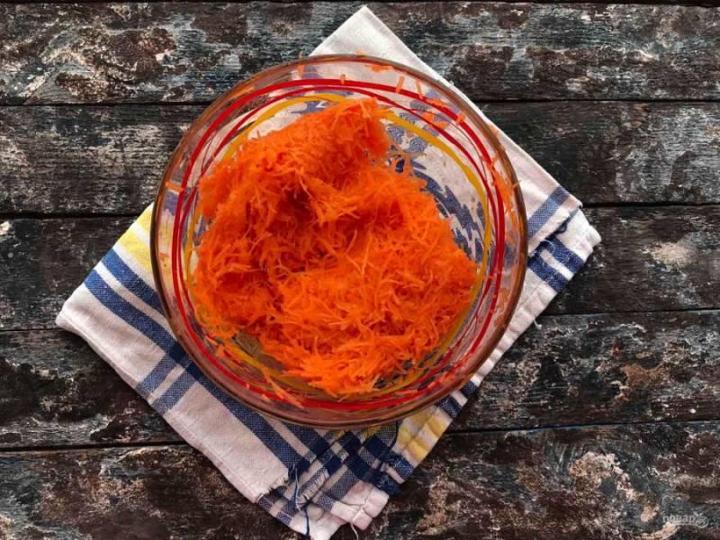Морковь натрите на мелкой терке и выжмите из нее сок, чтобы осталась одна морковная стружка.