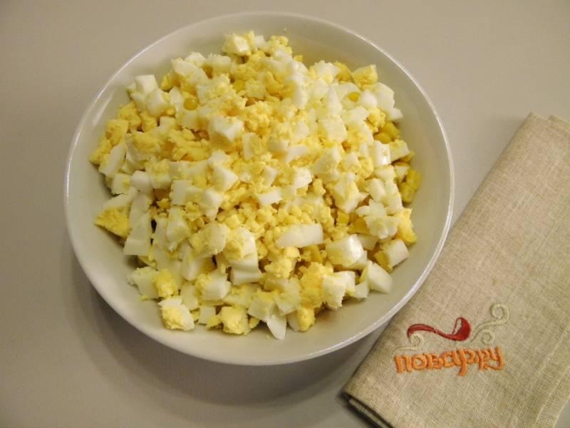5. Порежьте вареные яйца кубиками.