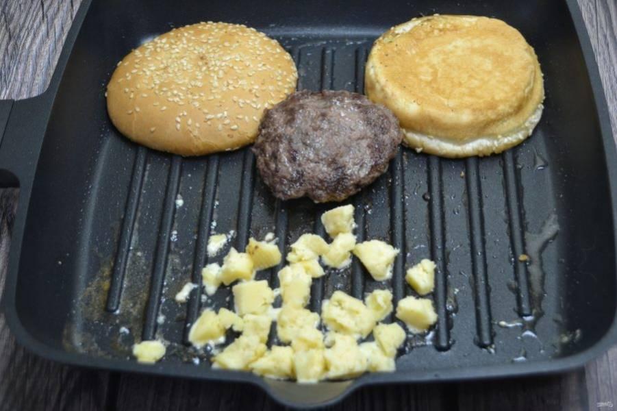 Выложите сыр на сковороду, расплавьте его.