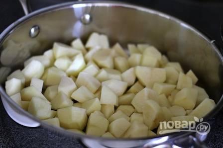 4. Если вы решили добавить картофель, очистите и нарежьте небольшими кубиками. Подсолите немного и перемешайте.