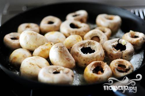 Когда масло растопит, выкладываем грибы в сковороду. Добавляем немного соли.