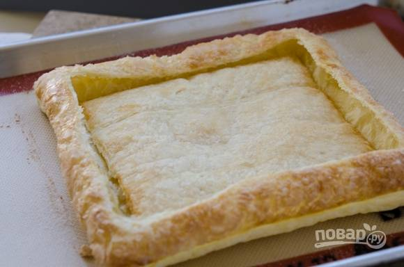 4. Пока пирог горячий, осторожно нажмите на центральную  часть. Дайте ему остыть  15-20 минут.