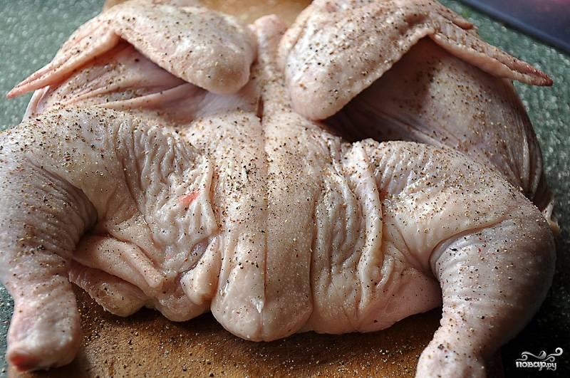 """1. Разрезаем цыпленка вдоль, чтобы он вышел """"плоским"""". Натираем любыми специями и на топленом сливочном масле обжариваем с каждой стороны по 10-20 минут под гнетом, пока не появится красивая корочка."""