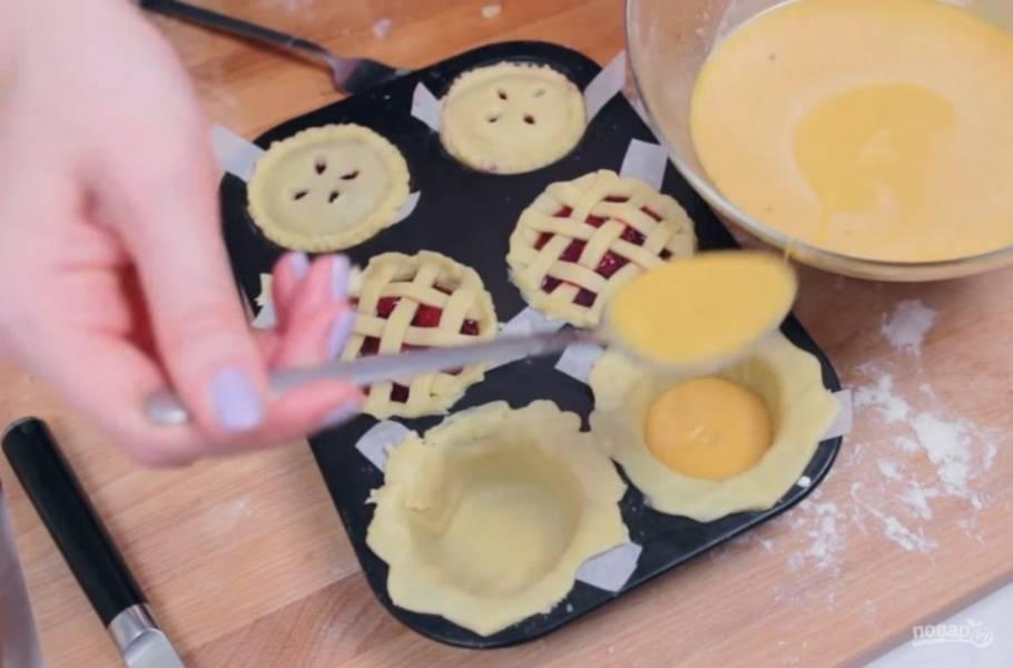 6. С помощью ложки наполните формочки начинкой и прикройте их крышечками или полосочками из теста. Накройте пироги фольгой.