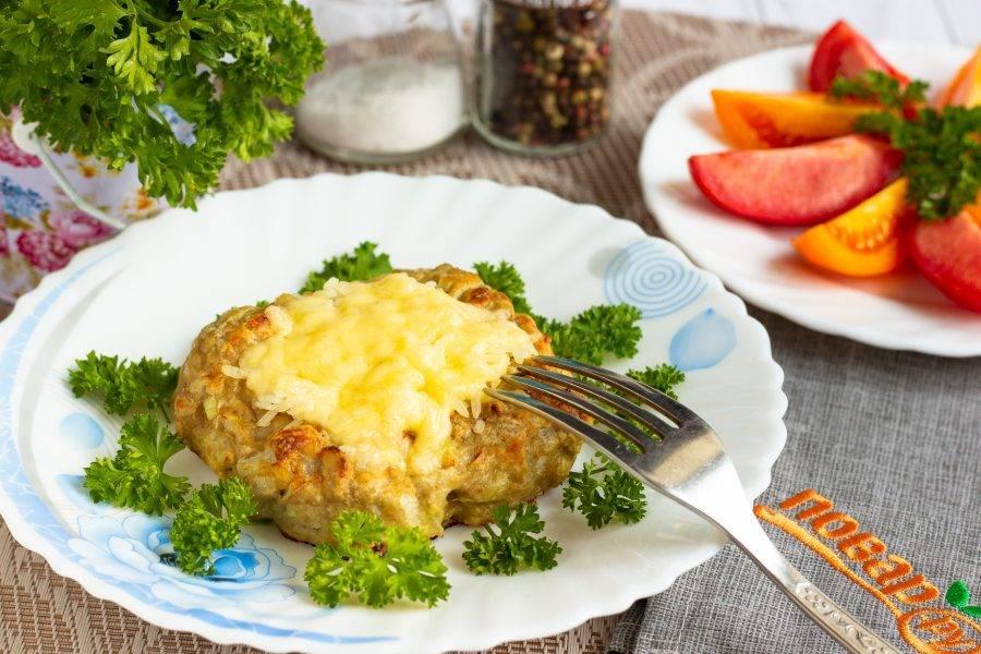 Наши куриные ватрушки готовы! Подавайте горячими, со свежими овощами и зеленью. Приятного аппетита!