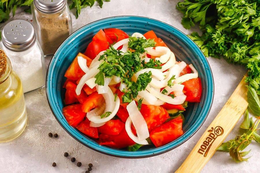 Измельчите зелень петрушки или укропа, если она осталась, добавьте к остальным ингредиентам вместе с растительным маслом. Соль не добавляйте, так как она уже присутствует.