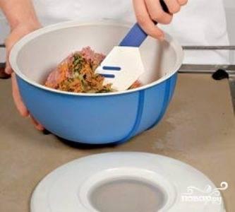 Обжаренные овощи смешайте с сырым фаршем, а затем добавьте соль, специи и взбитое сырое яйцо. Хорошо перемешайте.