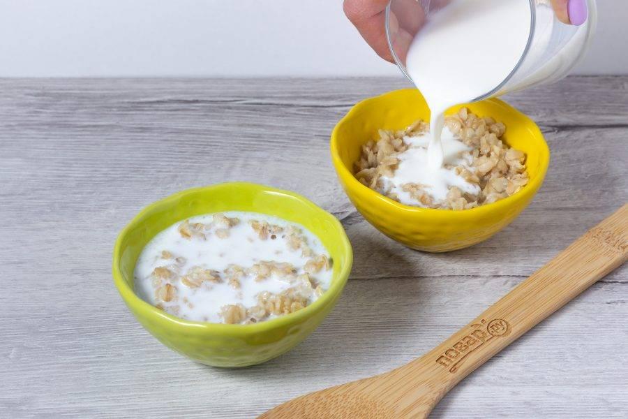 Разложите горячую кашу в миски и добавьте холодное молоко! В этом и есть главный секрет каши по-шотландски.
