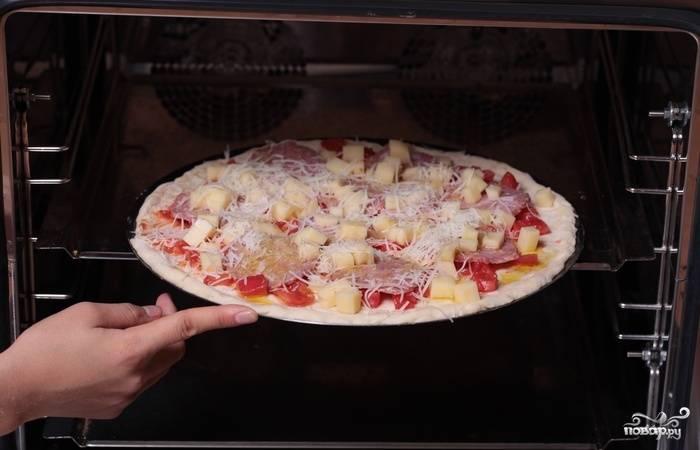 12. Для более аппетитной корочки сбрызните сверху оливковым маслом и отправьте в разогретую духовку при 180 градусах.