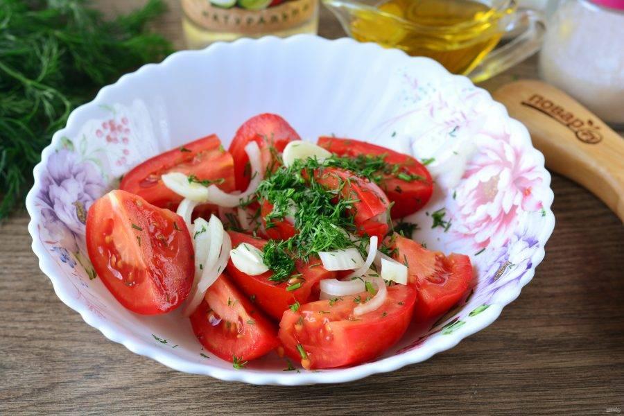 Смешайте помидоры, лук, чеснок, укроп.