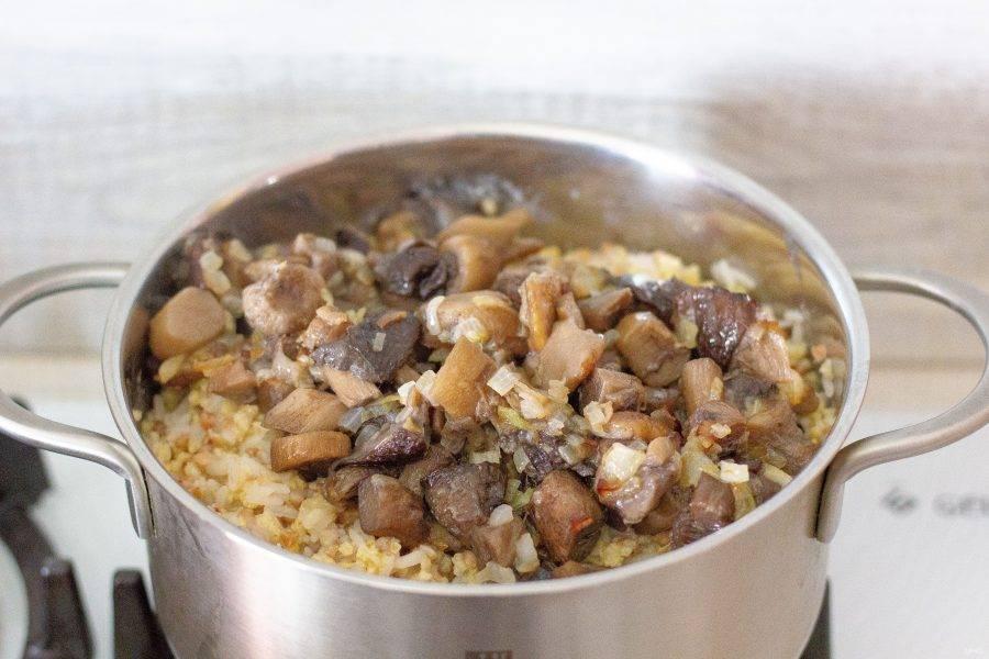 Осталось добавить в кашу грибы с луком, перемешать — и можно звать всех к столу! Партизанская каша готова!