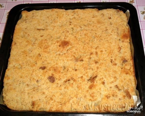 7. Достаем готовую запеканку из духовки и заливаем ее сиропом от варенья, даем остыть и разрезаем на кусочки для подачи. Все готово, можно пробовать ленивую запеканку из черствого хлеба.