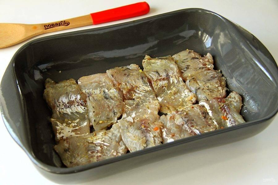 Форму смажьте маслом и выложите ровным слоем филе судака.