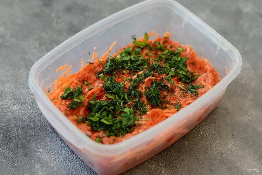 Затем добавьте соус из болгарского перца и мелко порубленную зелень. Чередуйте слои, пока не закончатся ингредиенты. Оставьте закуску при комнатной температуре на 3-4 часа, затем уберите в холодильник на 3-4 дня.