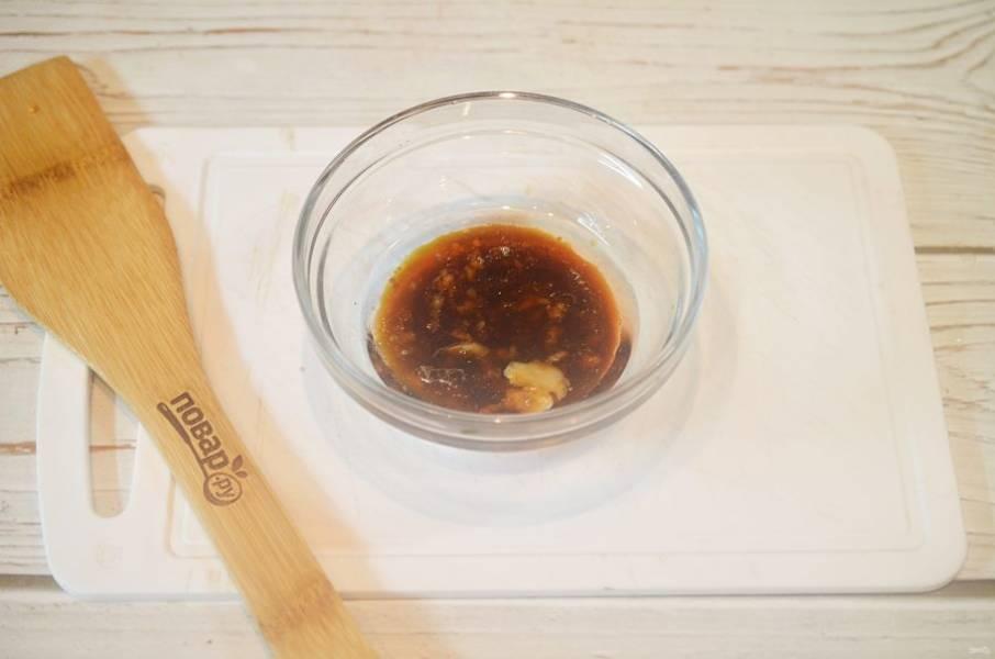 4. Смешайте масло, винный уксус бальзамик и мед. Добавьте чеснок.