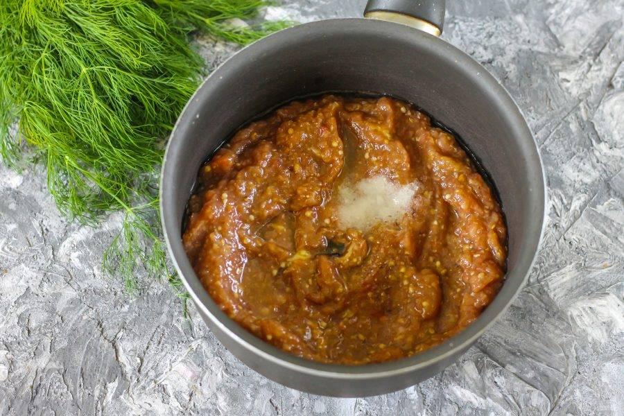 Выложите всю массу в ковш с антипригарным дном или в казан, добавьте соль и влейте растительное масло.