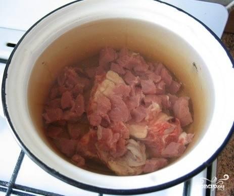 1ое: моем и режем мясо небольшими кусочками. После чего кладем его в кастрюлю и заливаем водой. Ставим бульон варится на 60-90 минут, в оставшиеся 30 мин можно добавить зелени. Важный момент(!) следите за бульоном, как только начинает подходить пенка ее надо сразу убрать и уменьшить огонь, чтобы вся этa вкуснятина варилась в слегка булькающем режиме.