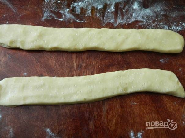 5. Делим тесто на 2 части, каждую часть раскатываем в небольшую колбаску и расплющиваем ее сверху.