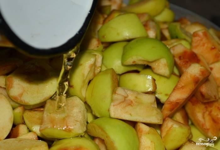 Яблоки хорошо промойте. Каждое яблоко разделите на 4 части и удалите из них сердцевину, семечки. Поставьте фрукты на огонь в кастрюле, влив немного воды. Накройте её крышкой и варите массу на медленном огне в течение 10 минут.