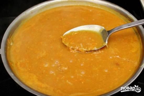 8. Для более интенсивного цвета рекомендую добавить томатную пасту. Влейте остальной бульон (его количество зависит от размера вашей формы для запекания ежиков). Посолите и поперчите по вкусу.