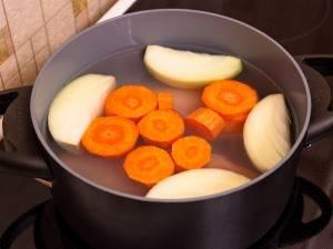 Морковку нарезаем крупными кусочками, а лук четвертинками. Филе, морковь и лук варим до готовности, посолив и поперчив при этом.  Готовый бульон процедим, затем добавим желатин и доведем до кипения. Бульон остудить, а филе извлечь и мелко нарезать.