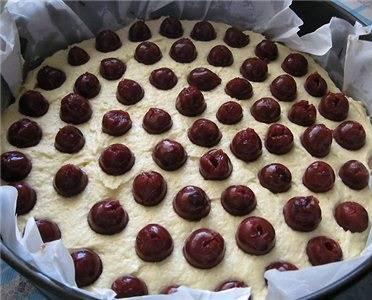 10. Вишни выложить на тесто, вдавливая немного. Отправить форму в разогретую духовку.