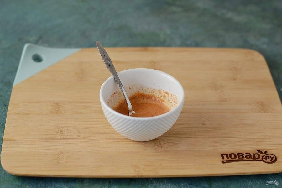 Кунжутную пасту размешайте с водой до однородной консистенции. Добавьте паприку, соль и перец, перемешайте.