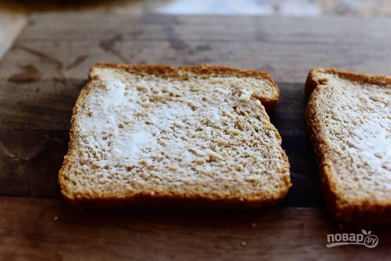 2. Смажьте хлеб сливочным маслом.