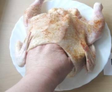 5. Готовой начинкой начинаем курицу, но делаем это под шкуру, а не во внутрь. Начинку распределяем рукой по всей плоскости, после чего зашиваем и кладем на противень или в форму для запекания.