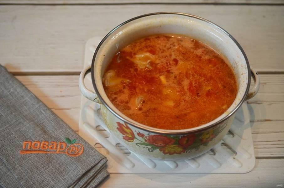 9. Влейте в кастрюлю 2 л. кипящей воды, добавьте пшено и обжаренное ранее мясо с луком. Доведите до кипения, затем уменьшите огонь и варите около 30 минут.