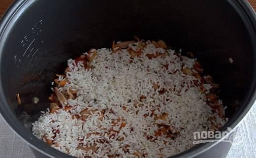 Промойте рис. Распределите его по другим ингредиентам в чаше.