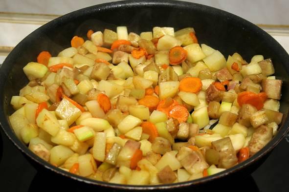 8. Обжарить немного и добавить на сковороду нарезанный мелко кабачок, баклажан или любые другие овощи, которыми вы хотите разнообразить этот простой рецепт курицы с овощами в горшочке. Добавить щепотку соли, перца по вкусу.