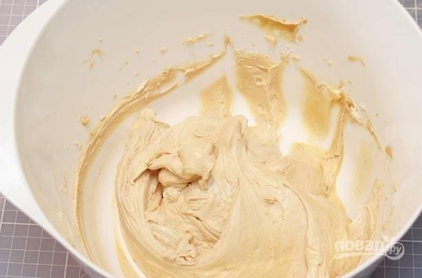 2.Для крема: соедините мягкое сливочное и арахисовое масло до образования воздушной смеси. Постепенно добавляйте сахарную пудру и взбивайте еще 8 минут.
