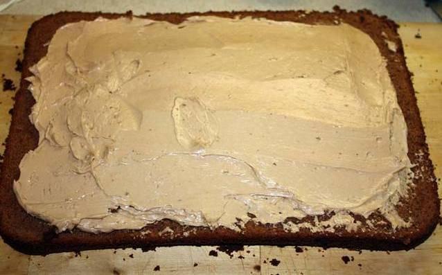 Бисквит разделить на 2-3 коржи и промазать кремом. Охладить в холодильнике.