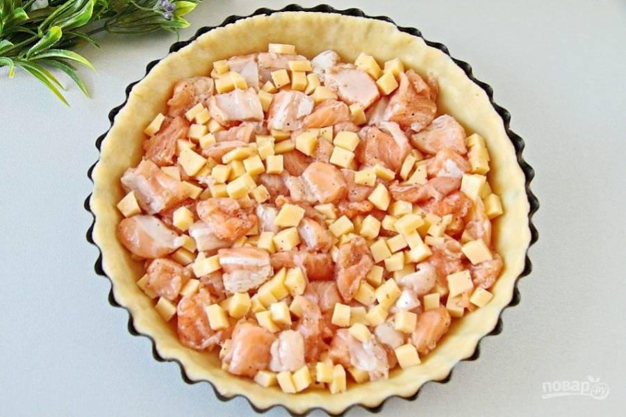 Выложите на тесто готовую начинку.