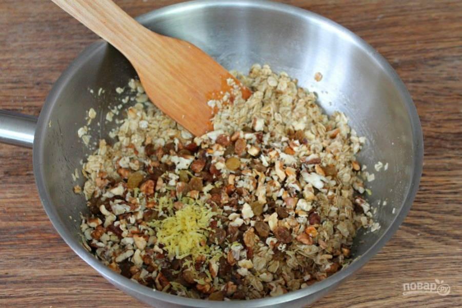 Далее, добавляем колотые орехи, цедру лимона и сок половинки лимона. Все перемешиваем.