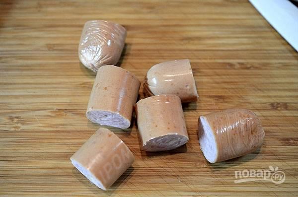 Сосиски или колбаски разрежьте на 3-4 части.