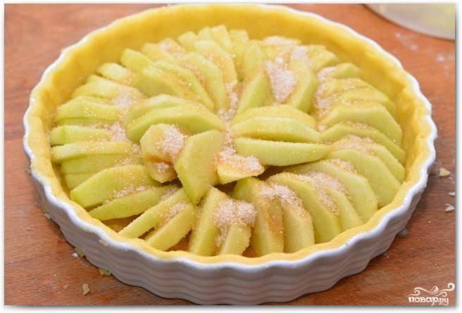 Поливаем яблоки топленым сливочным маслом, посыпаем сахаром. Ставим форму для выпекания в духовку и выпекаем 45 минут при 200 градусах.