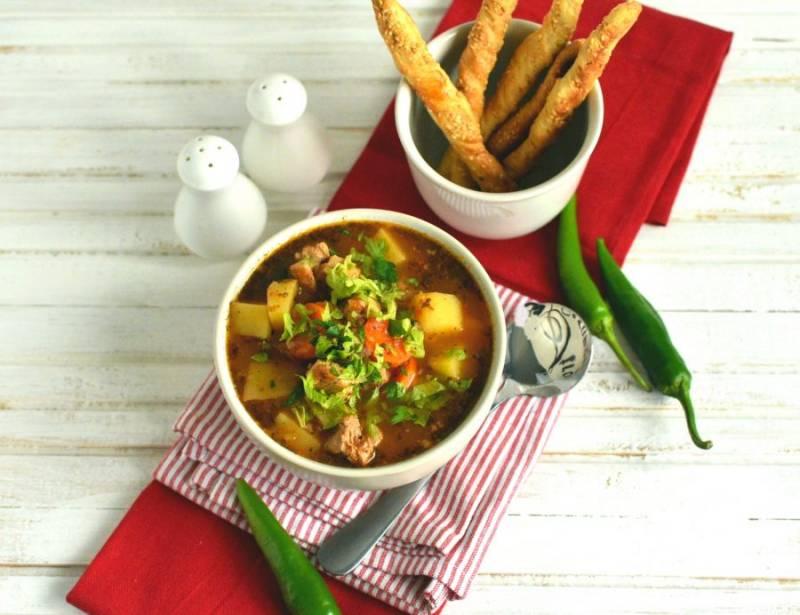 Затем дайте супу настояться еще минут 15 и подавайте на стол горячим, лучше с кукурузным хлебом, или, как у меня, с хрустящими палочками из кукурузной муки.