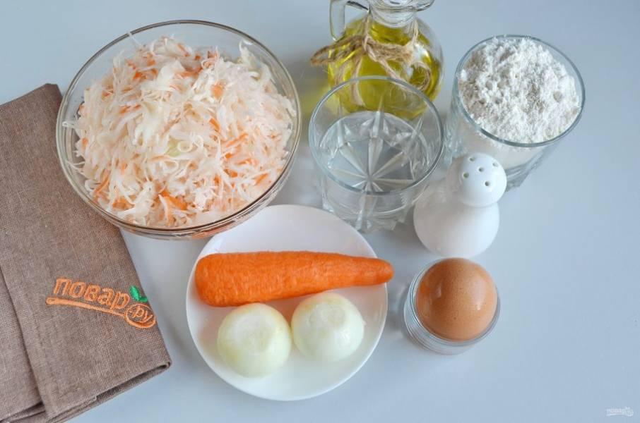 Подготовьте продукты для теста и начинки. Капусту квашеную отожмите от жидкости. Приступим!