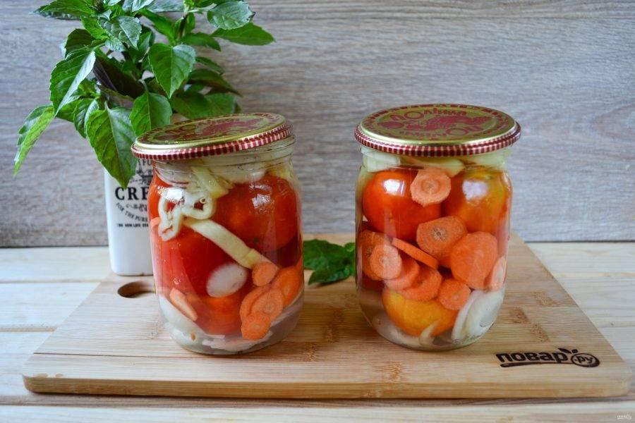 Второй раз слейте воду с помидоров, добавьте к ней по 1 ст. ложке соли и сахара, доведите до кипения. Затем снимите маринад с огня, добавьте 1 ст. ложку уксуса и набухший желатин, хорошенько размешайте до полного растворения желатина. Залейте баночки с помидорами маринадом и закатайте.