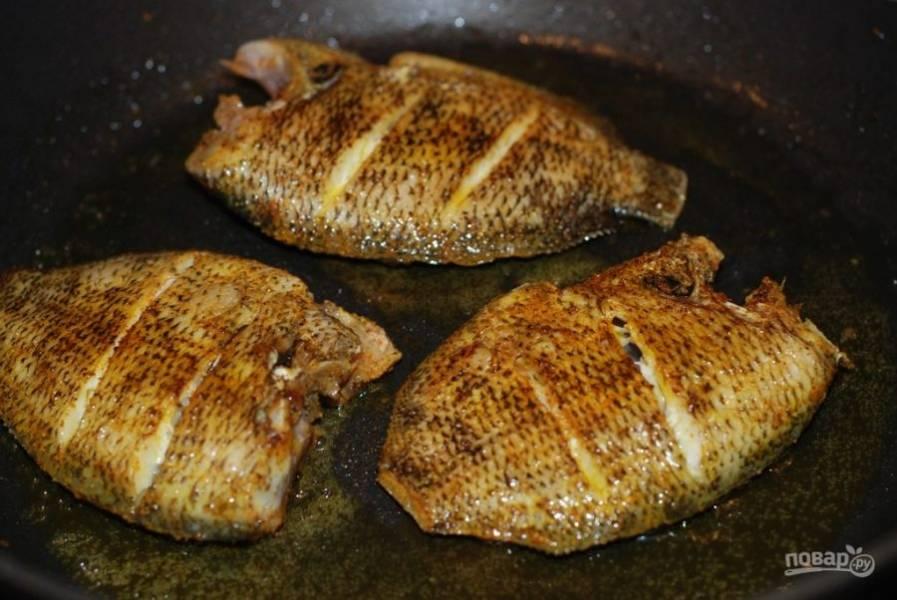 2. Обжарьте окуня с обеих сторон по 2-3 минуты с каждой стороны на сковороде.