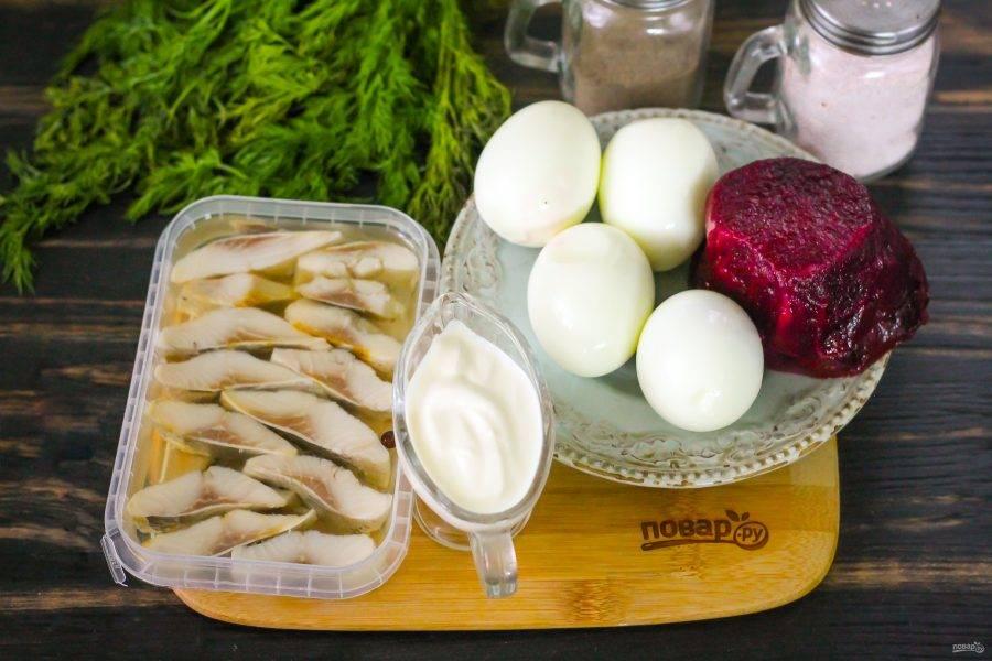 Подготовьте указанные ингредиенты. Свеклу и куриные яйца отварите заранее, остудите. Очистите от кожуры свеклу, а яйца - от скорлупы и промойте.