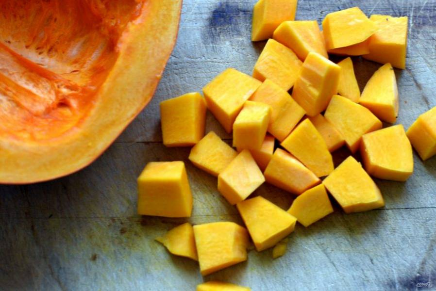 Добавьте нарезанную крупными кубиками тыкву и варите о готовности овощей.