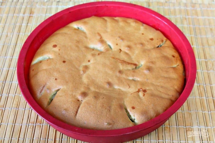 Готовый пирог оставляем в форме минут на 10. Затем, накрываем его плоской тарелкой и переворачиваем.