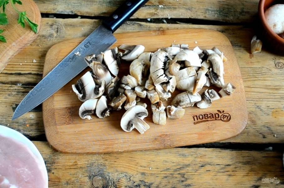 Промойте и мелко порубите шампиньоны. Обжарьте их вместе с луком до готовности.