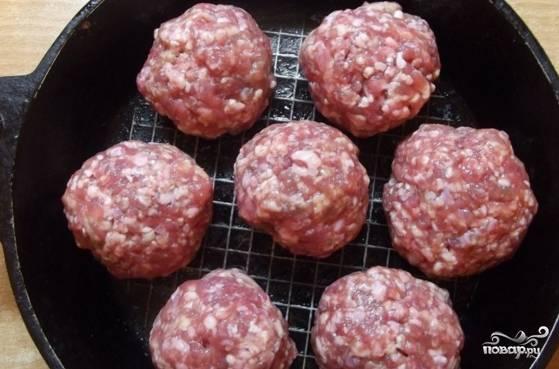 Сковороду с толстым дном смажьте маслом. На нее выложите круглые небольшие котлетки из фарша.