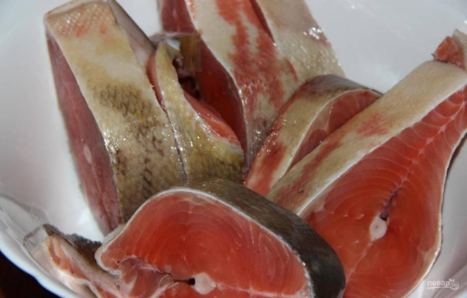 1.У меня немного подмороженные рыбные стейки, поэтому с ними проще работать. Хорошенько мою их и вытираю салфеткой.