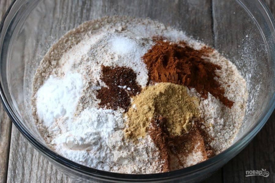 1.Смешайте 2 стакана муки, соль, 1,5 чайных ложки корицы, по 1 щепотке мускатного ореха, имбиря и гвоздики, соду и разрыхлитель.